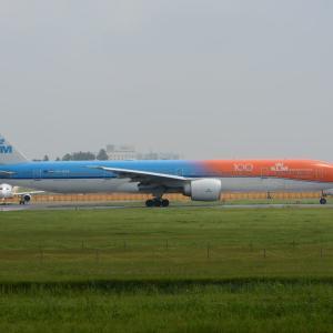 """""""100""""ロゴを見て、まずはホッと、ひと安心・・・笑(KLMのボーイング777-300ER""""オレンジプライド""""塗装機)"""