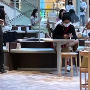 イェソン❤【ショッピングモールで普通に座ってる~( °_° )】
