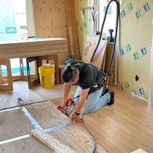 ◆FPの家|村田町|T邸 バブさん床を張っています!