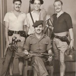ヒュー・グラントとガイ・リッチーの父がかつて同じ連隊に!記念写真を65年ぶりに再現!