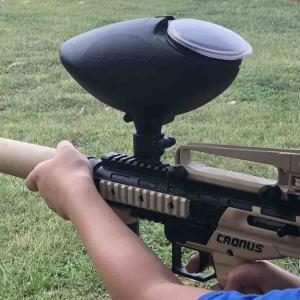 農場でペイントボールを撃つ