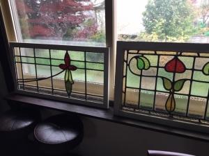 窓にステンドグラス取り付けて