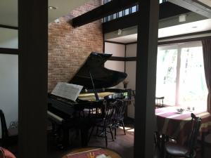 会話を控えてシンプルに味わう音楽サロン時間、黙する木曜日のピアノ・ミニコンサート