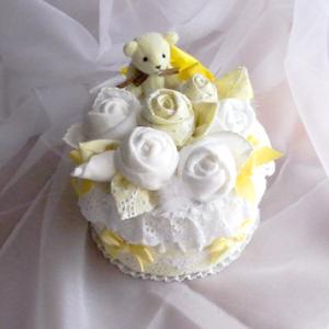 黄色いコットンの小さいオムツケーキ