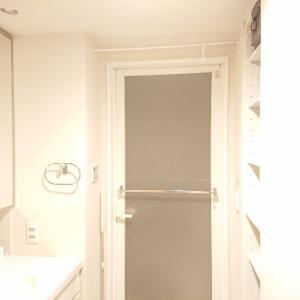 洗面所、意外な場所に突っ張り棒ですっきり!by夫