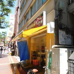 西門通りの魚屋「朝陽物産」。夏は午後からの強い日差しで苦慮している。