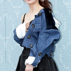 ハ・ジウォン はだけた服が妙に色っぽくミニスカートでハラハラさせられる