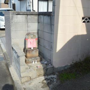 まち歩き木津川1093  石仏  敷地を削って祀られています