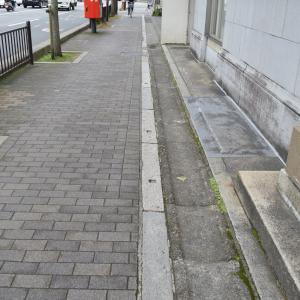 まち歩き中1304 歩道の1mくらいの石 四角の穴があいている