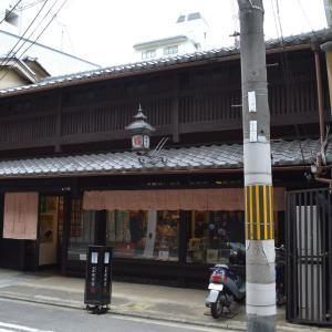 まち歩き中1371 京の通り・富小路通 NO38 絵はがきの店 暖簾は鳥獣戯画