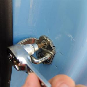 ドアのストライカーの調整