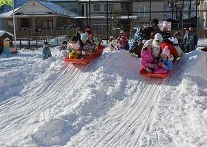 雪を得た子ども