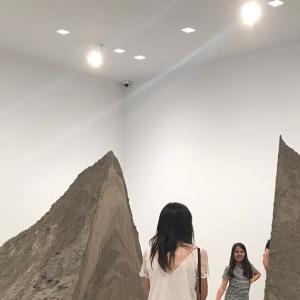 砂の山の間を歩く@Gladstone Gallery