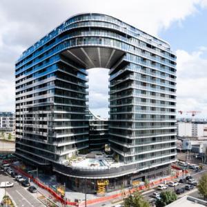 オーストラリアの穴の開いたビルを日本人が設計