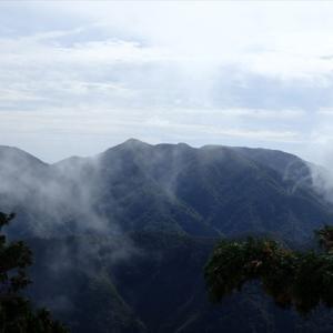 御池岳から見ていた天狗堂とサンヤリの尾根を歩く 2