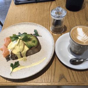 自由が丘の優雅な朝食「ラテ グラフィック」でアボガドサーモンべディクト オーストラリア風カフェは雰囲気最高!