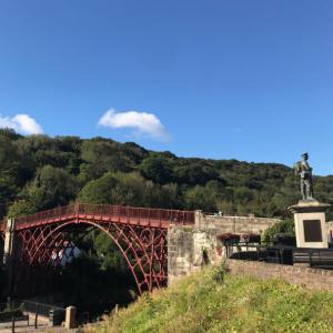 深い渓谷にかかる世界最古の鉄橋「アイアンブリッジ」