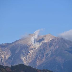 紅葉の木曽越峠から 霊峰木曽の御嶽山を望む