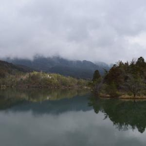高峰湖の遊歩道を歩く