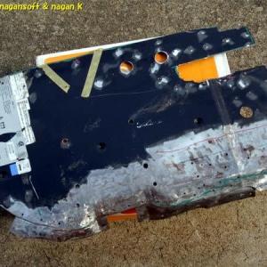 R-2君、トランク床鉄板に固定穴とケーブル通し穴を開ける