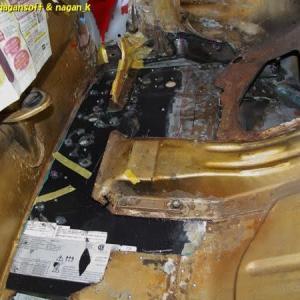 R-2君、トランク床鉄板にリベット通し穴を開けるのだがドリル刃折れで中断