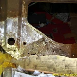 R-2君、トランク床鉄板パネルボンド施工前の錆取り6日目