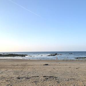 午前と午後のビーチ