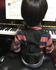 楽器を弾くときは姿勢を良くして弾きましょう
