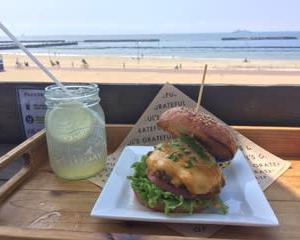 海風を感じながらハンバーガー