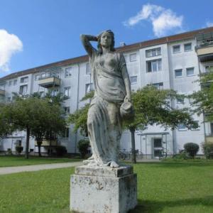住宅街の芸術作品が妙に合わないような気がする、堂々十字架が輝いていられるまだまだ平和なドイツ