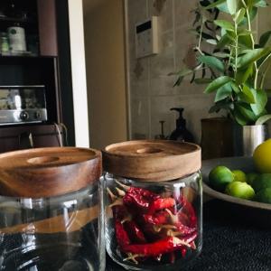 秋の時季に彩る?!キッチンのブルーベリー枝木&ガラスの保存容器