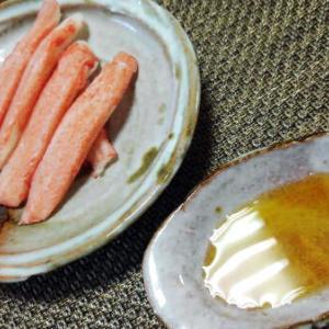 セブンイレブンのカニカマ美味しいですよね、安くていい感じのつまみですよ。お皿は萩焼のお皿です