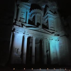 ヨルダン旅行 その6 幻想的な夜のペトラ遺跡。