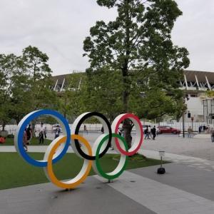 五輪モニュメントと新国立競技場