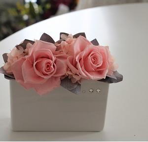 デザインが一緒でも花器と花の色で、ガラリと雰囲気が変わる!