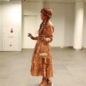 芸術とは何か…。 「鳥を待つ少女」のブロンズ像は微笑む