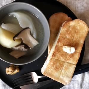 在宅ワークごはん、網焼きトースト。もともとが質素なので節約感が薄い・・・