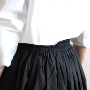 【少ない服で着回す】シンプルでスタンダードな黒のスカート