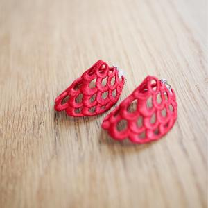 【少ない服で着回す】苺のような赤が可愛い。ツヅレさんの刺繍ピアス。