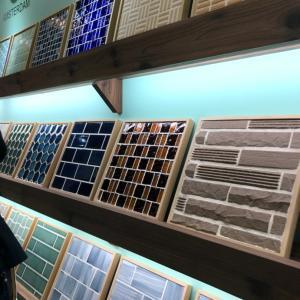 建材の最新商品が立ち並ぶ展示会へ