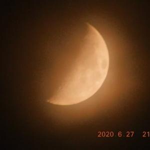 雲に囲まれつつ朧月が顔をみせた
