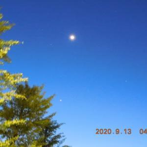 息を呑む朝の月と惑星の風景