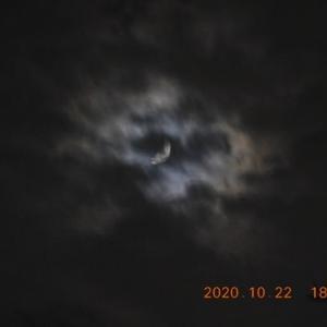 厚い雲の奥から月と木星が!