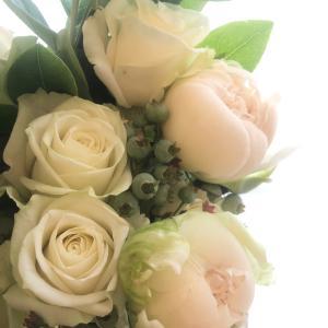 旦那様から奥様へサプライズブーケ!結婚記念日をお祝いするウエディングドレスみたいなホワイトブーケ