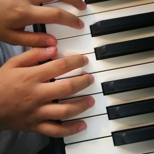 指先で鍵盤をつかみピアノは腕で弾く