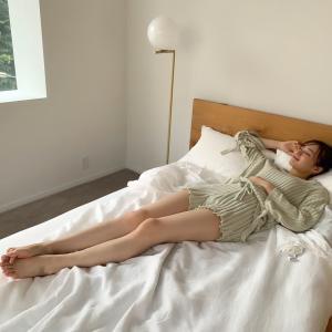 【乃木坂46】これはたまらんwww 梅澤美波、ベッドでショーパン美脚が!!!!!!