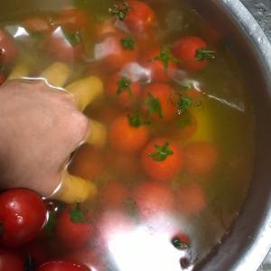 トマトを洗う水が、、