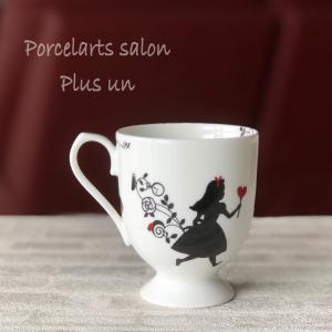 高台付きでエレガントなアリス柄のマグカップ