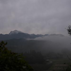 夕闇迫る頃、甲斐駒の姿が、雲の中に。