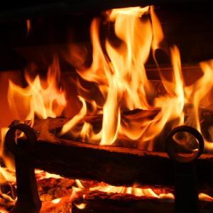 早朝から冷たい雨・・・そんな時には薪ストーブの炎。
